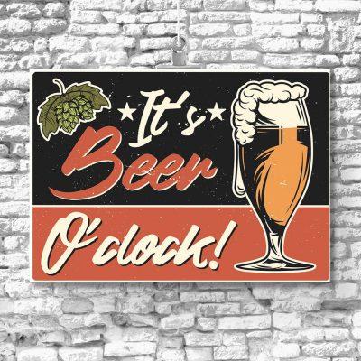 plakat z napisem It's beer o'clock na ścianę do kuchni