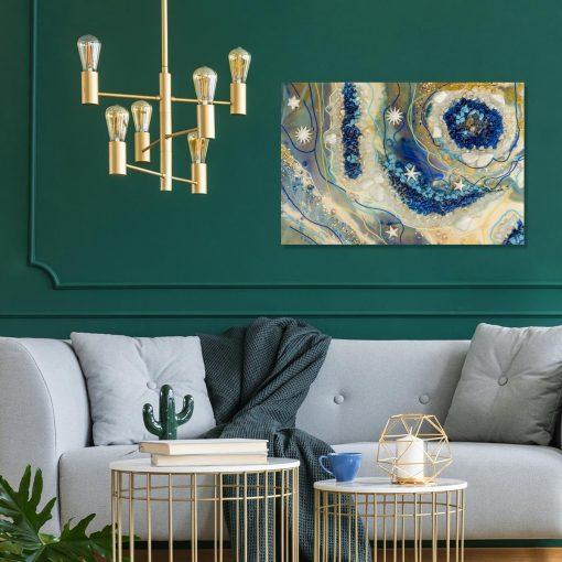 aranżacja obrazem reprodukcją resin art w salonie z zielona sciana