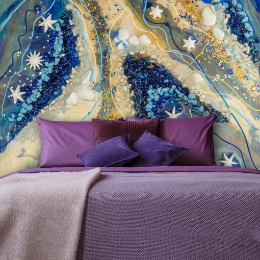 sypialnia fioletowa udekorowana fototapeta z abstrakcja