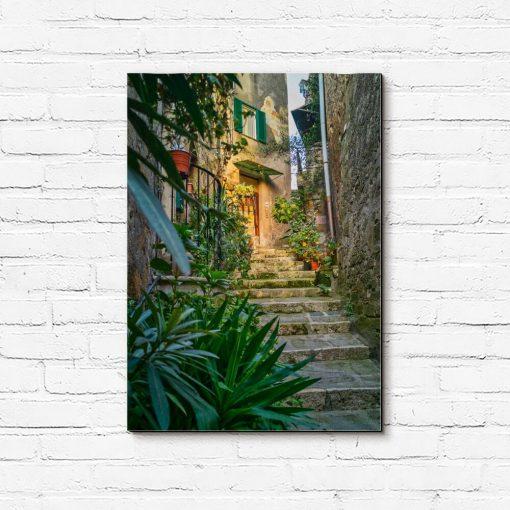 Obraz z wąskimi schodami wśród zieleni
