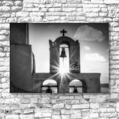 Czarno-biały obraz z kościołem w Santorini do dekoracji salonu