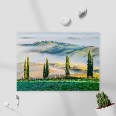 Obraz z górskim zielonym krajobrazem we mgle do sypialni