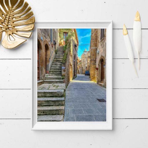 Plakat z malowniczą uliczką w Pitigliano