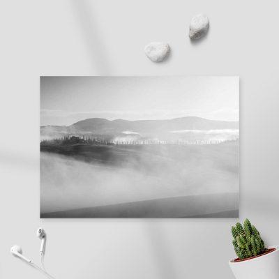 Czarno-biały obraz z pejzażem we mgle do gabinetu
