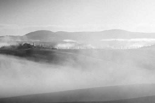 Czarno-biały obraz z pejzażem we mgle