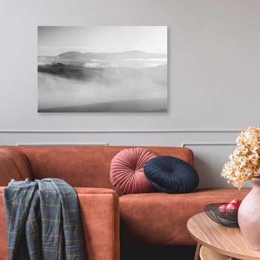 Czarno-biały obraz z pejzażem we mgle do salonu