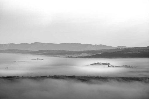 Obraz z widokiem na zamglone wzgórza