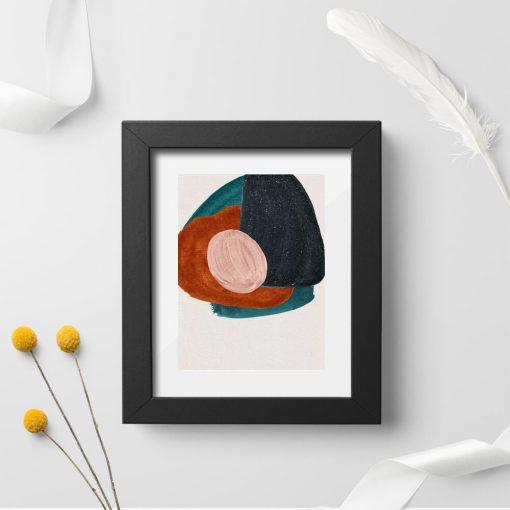 Plakat z abstrakcyjnymi plamami na bezowym tle
