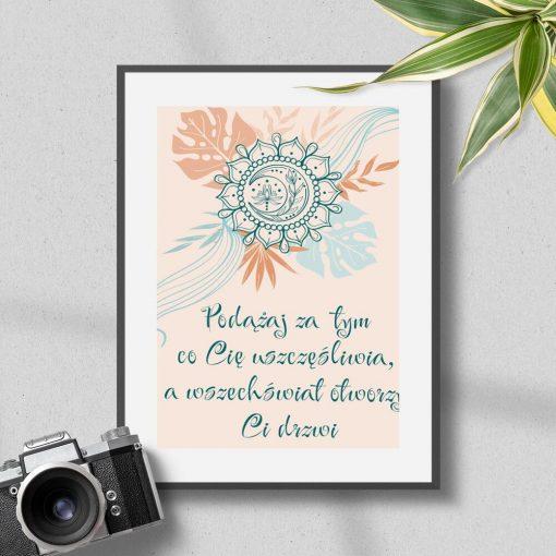 Plakat z cytatem Rhondy Byrne: podążaj za tym co cię uszczęśliwia, a wszechświat otworzy Ci drzwi