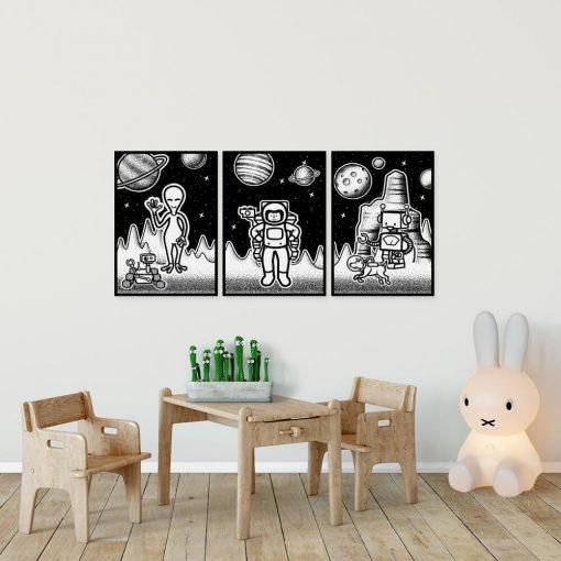 Trzy plakaty z astronauta i kosmitami w kosmosie